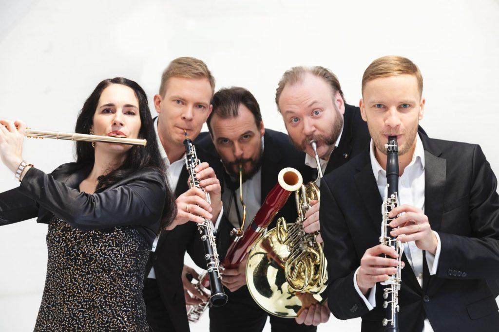 Pieci cilvēki ar mūzikas instrumentiem