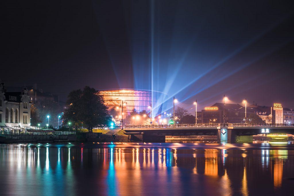 Ar gaismas stariem izgaismota koncertzāle Lielais dzintars Liepājā