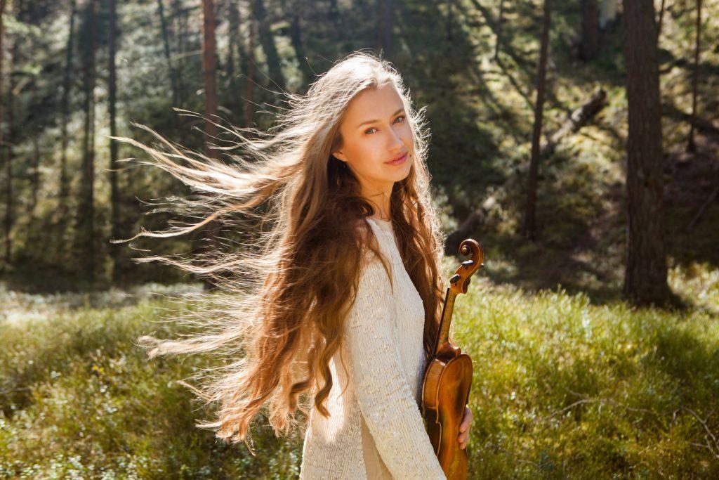 Meitene ar vijoli rokās