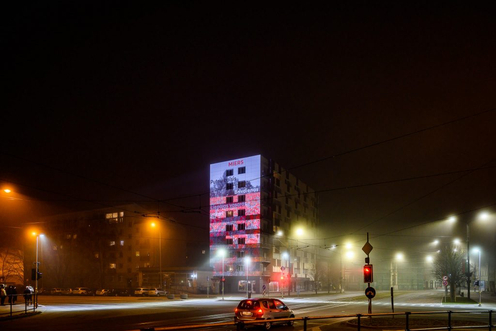 Izgaismotā Lielā iela 1 ēka