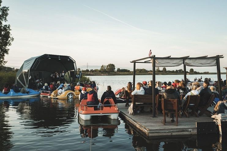 Notiek koncerts Liepājas ezerā