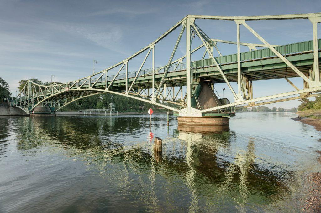 Zaļš izgriežamais tilts uz skaidri zila fona