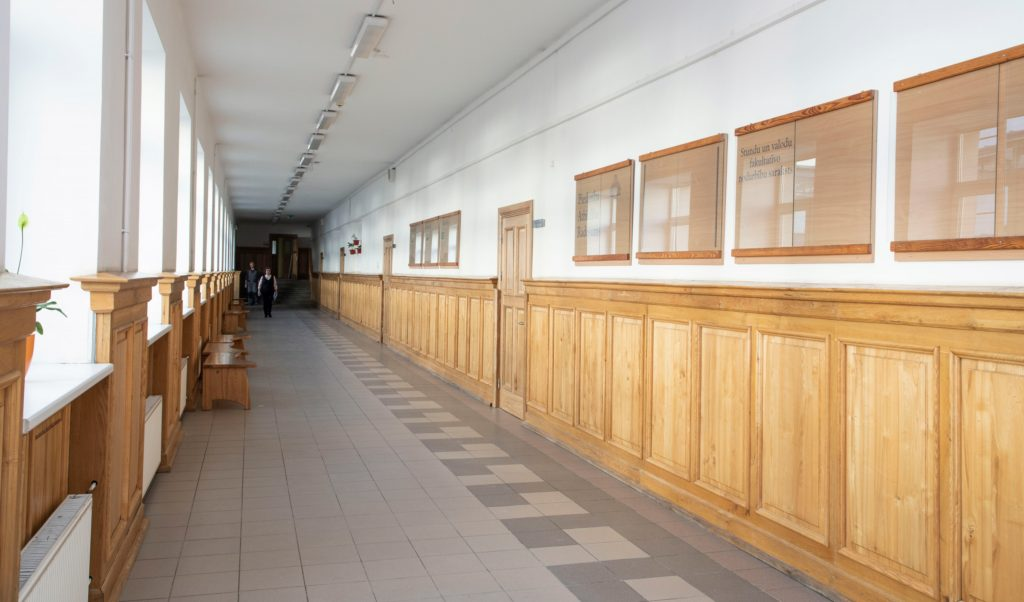 Garš skolas gaitenis ar koka apdari gar sienām