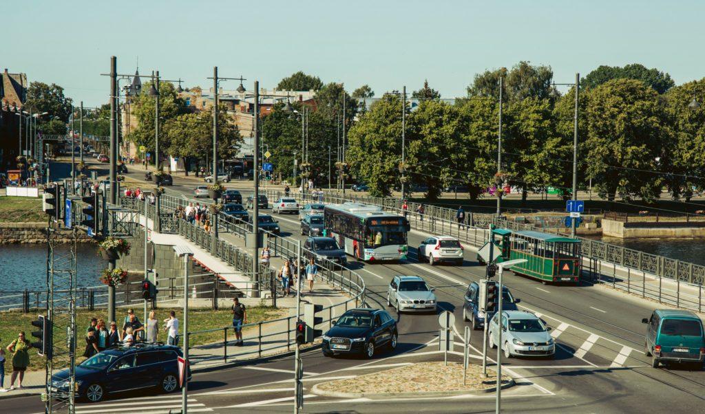satiksme aina ara automašīnām, sabiedrisko transportu