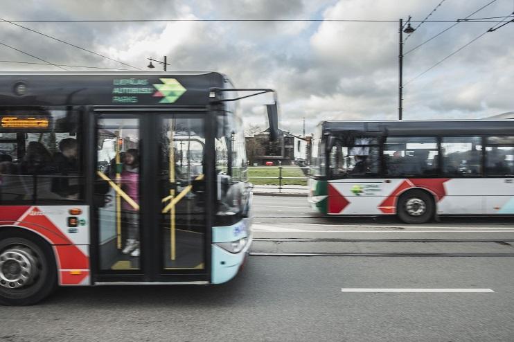 Divi autobusi brauc uz Liepājs tramvaja tilta viens otram pretī