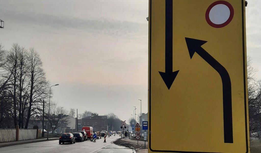 Uz ceļa izvietotas ceļa zīmes par satiksmes ierobežojumiem