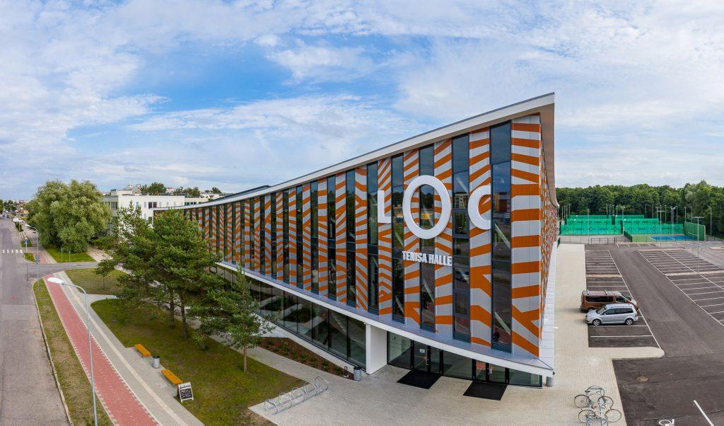 Ēka ar uzrakstu LOC Tenisa halle