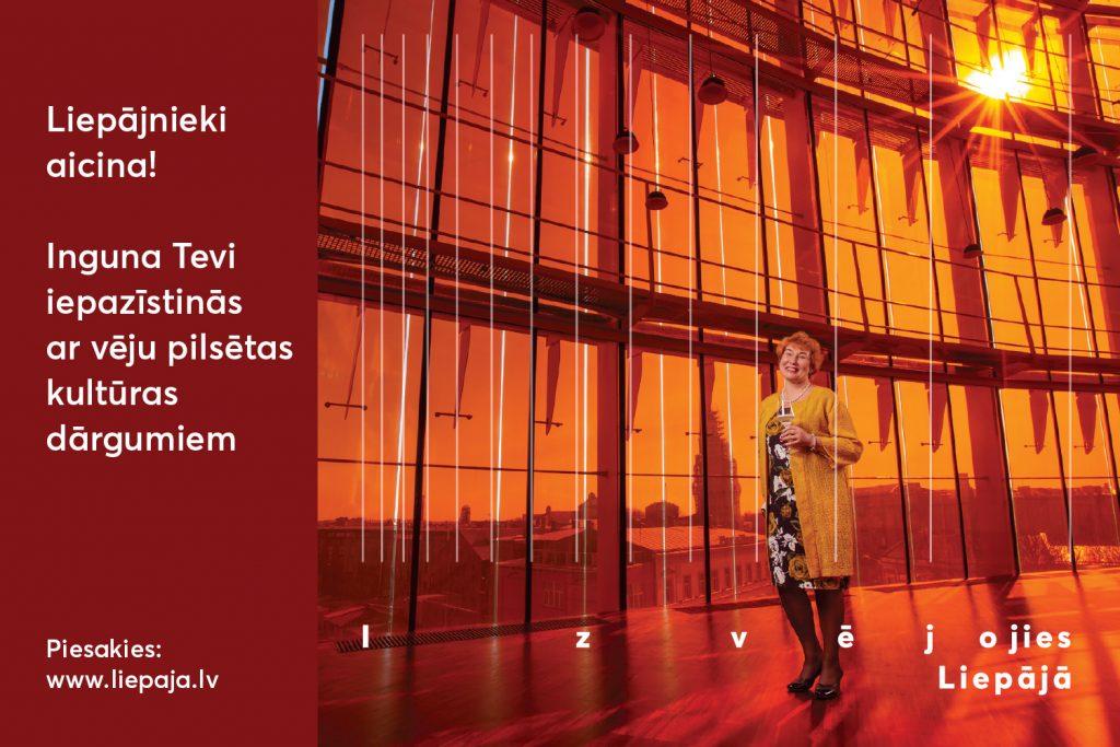 Sieviete vakara tērpā stāv koncertzālē Lielais dzintars ēkā, visapkārt oranža krāsa