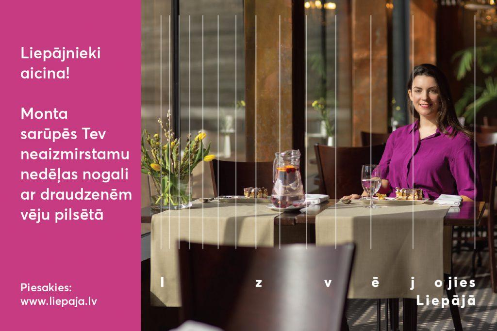 Meitene violetā kreklā sēž pie uzklāta galda restorānā