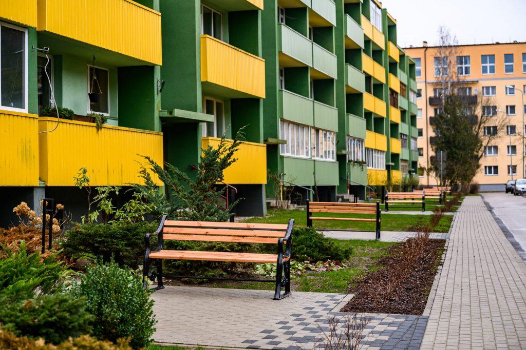Labiekārtots daudzdzīvokļu namu pagalms. Uzstādīti jauni soliņu un iekoptas dobess