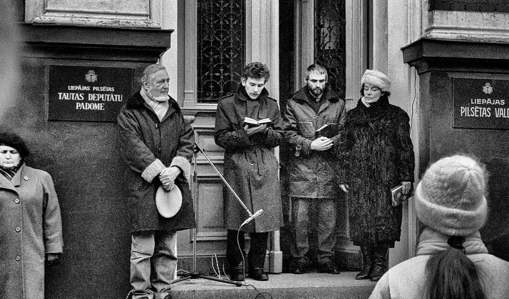 Cilvēki sapulcējušies pie Liepājas pilsētas valdes barikāžu laikā