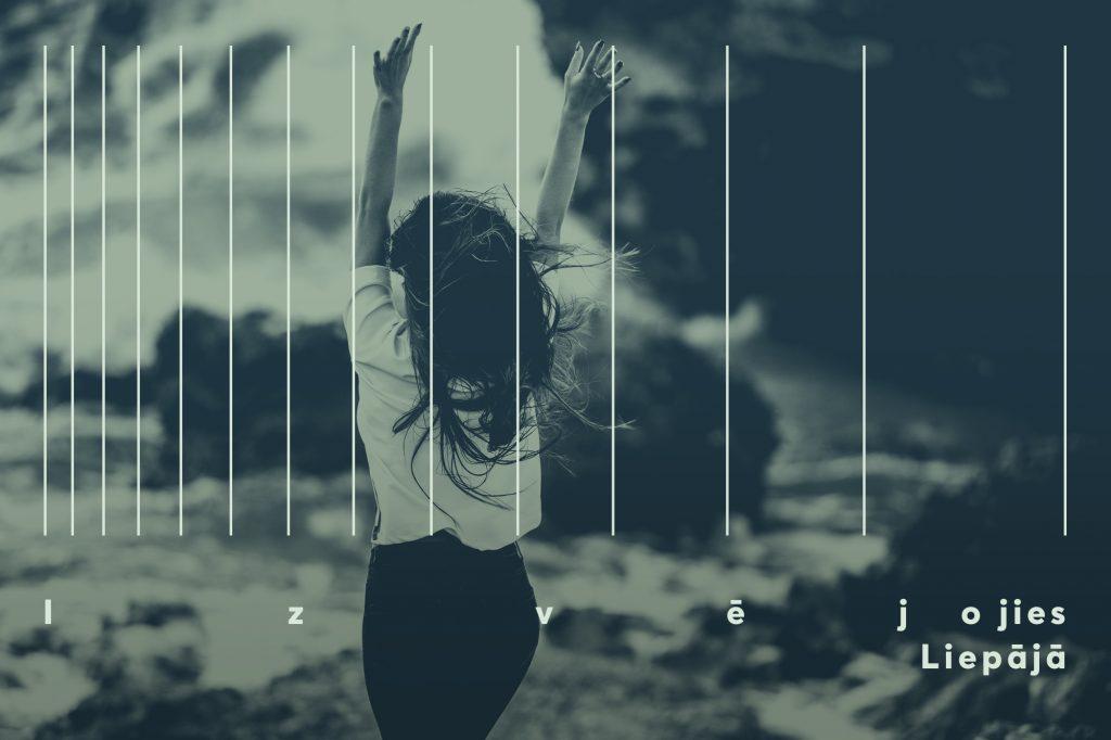 Meitene pie jūras krasta ar paceltām rokām un vējā plīvojošiem matiem