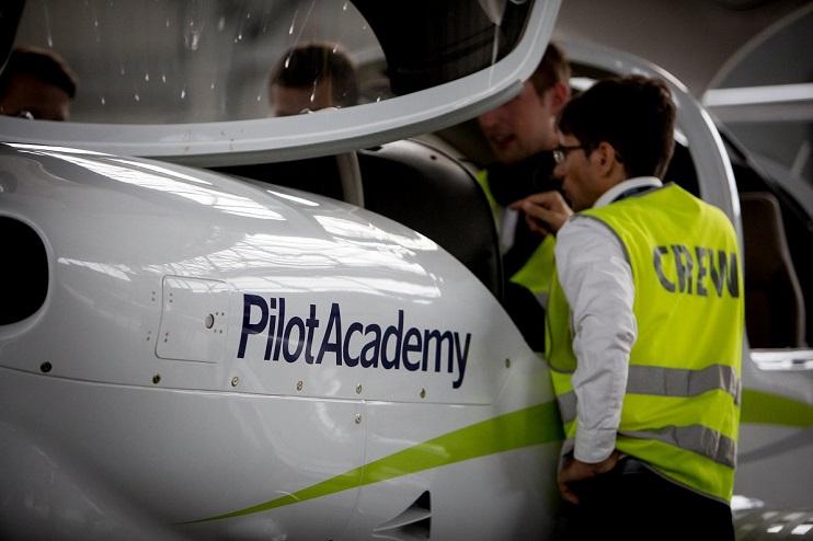 Pilotu akadēmijas pasniedzējs veic drošības macības jaunajiem studentiem