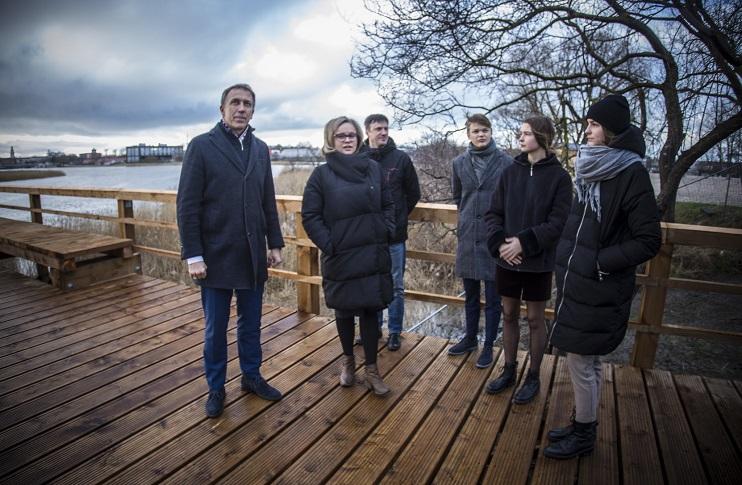 Jaunieši pie Liepājas ezera