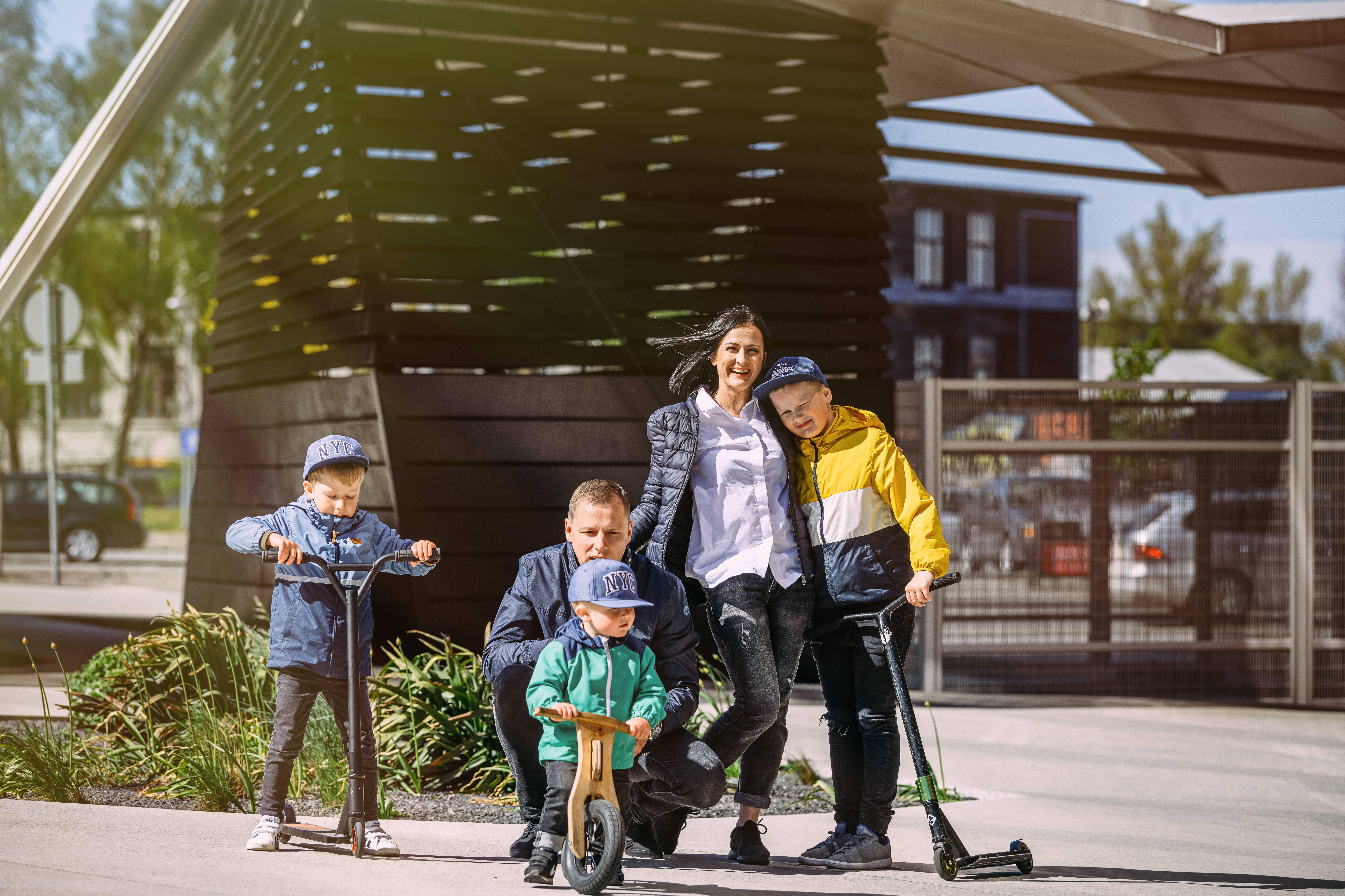 Ģimene ar trīs dēliem pie koncertzāles Lielais dzintars