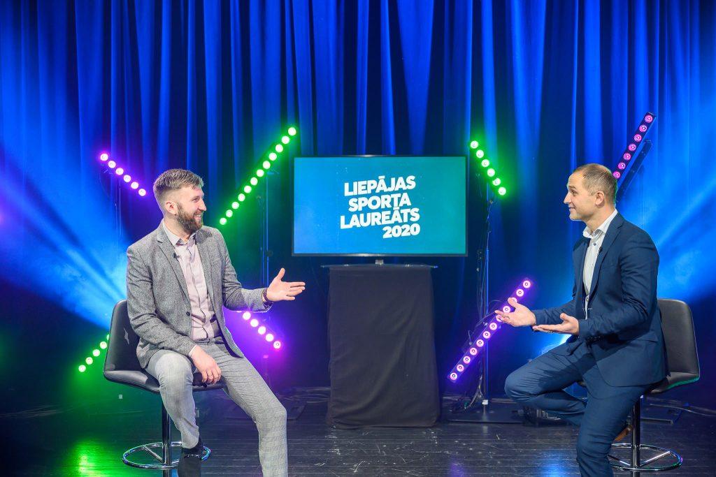 Uz skatuves divi kungi sarunājas par sportu