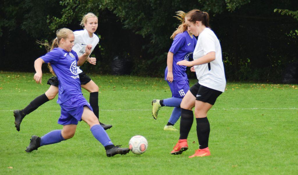 Meitenes spēlē futbolu