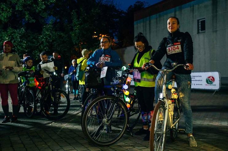 Nakts tumsā velo entuziasti sapulcējušies uz sacensībām