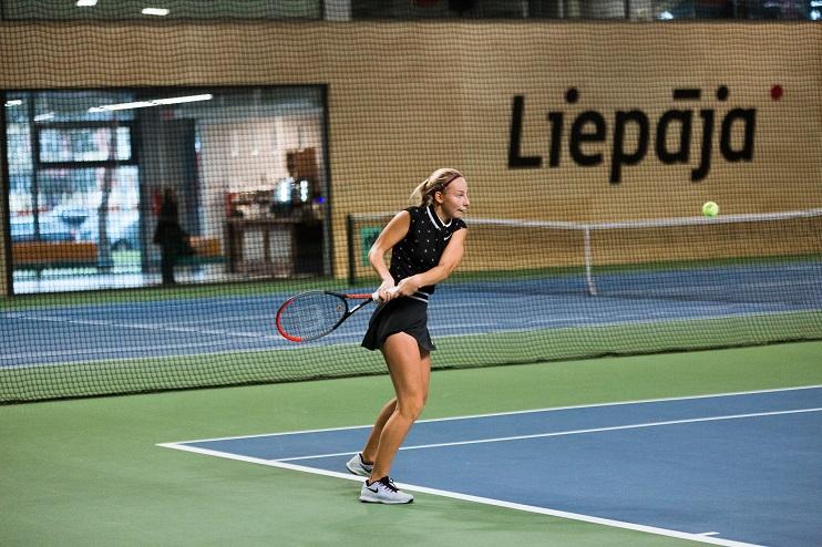 Tenisa spēlētāja Liepājas tenisa hallē