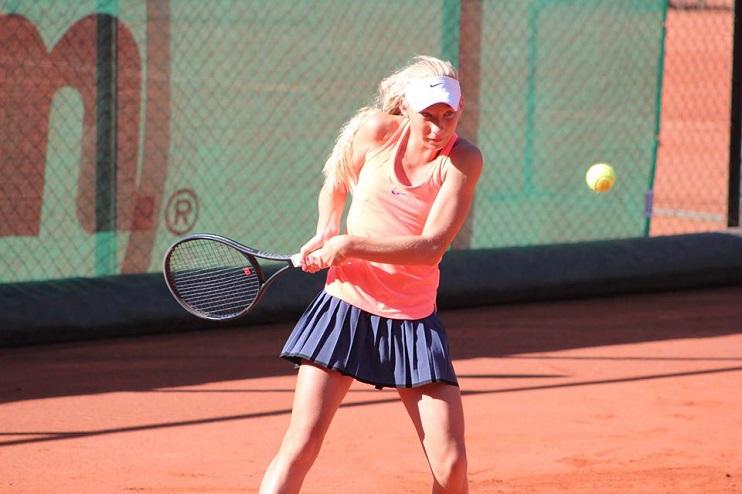 Liepājas tenisiste Patrīcija Špaka tenisa kortos