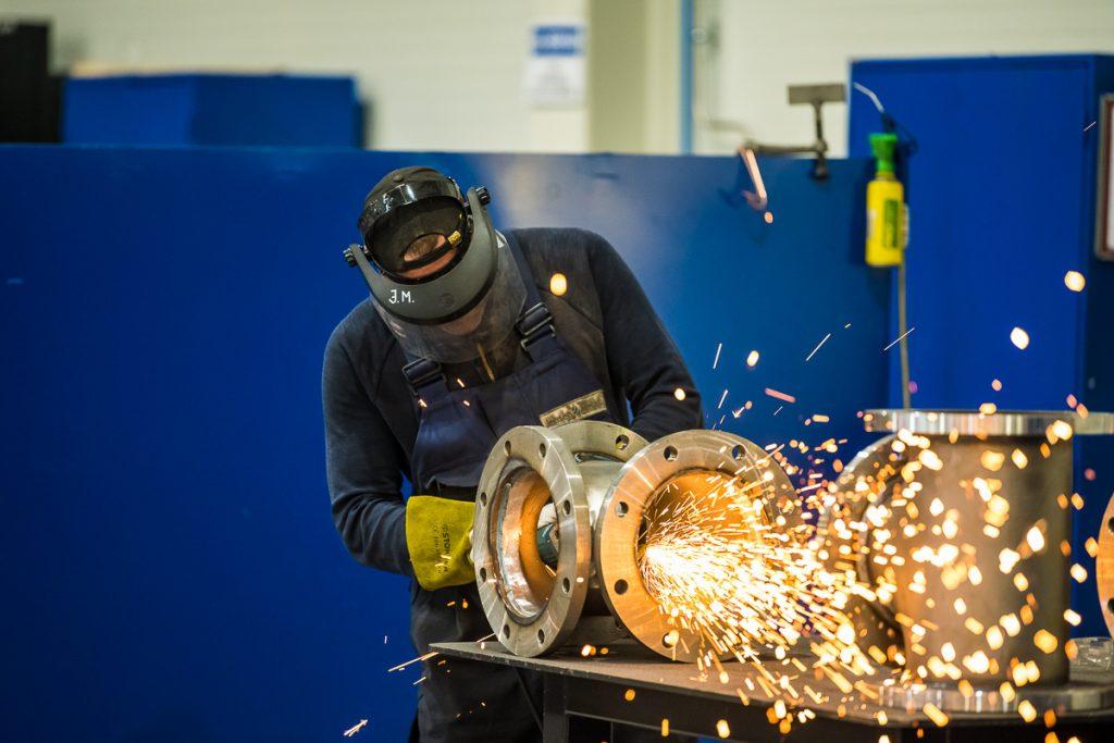 Cilvēks strādā ar metināmo aparātu