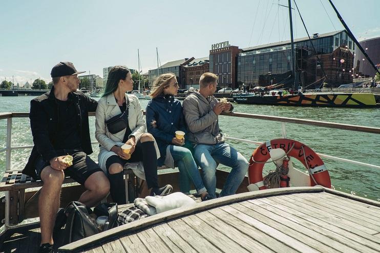 Jahta ar pasažieriem peld pa Liepājas kanālu