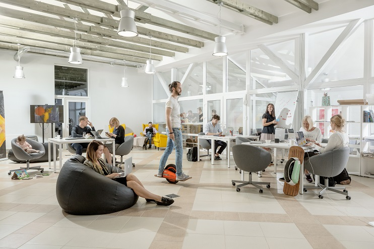Kurzemes biznesa inkubators ar cilvēkiem pie datoriem un uz skrejriteņa.