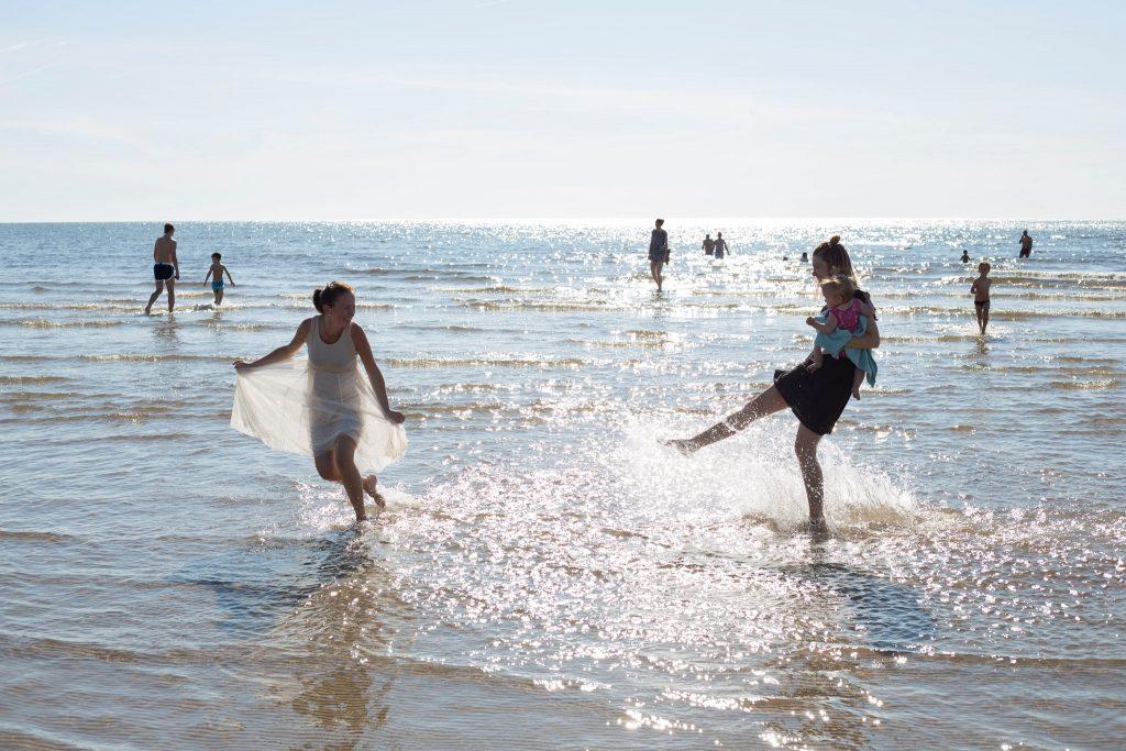 Cilvēki atpūšas Liepājas pludmalē