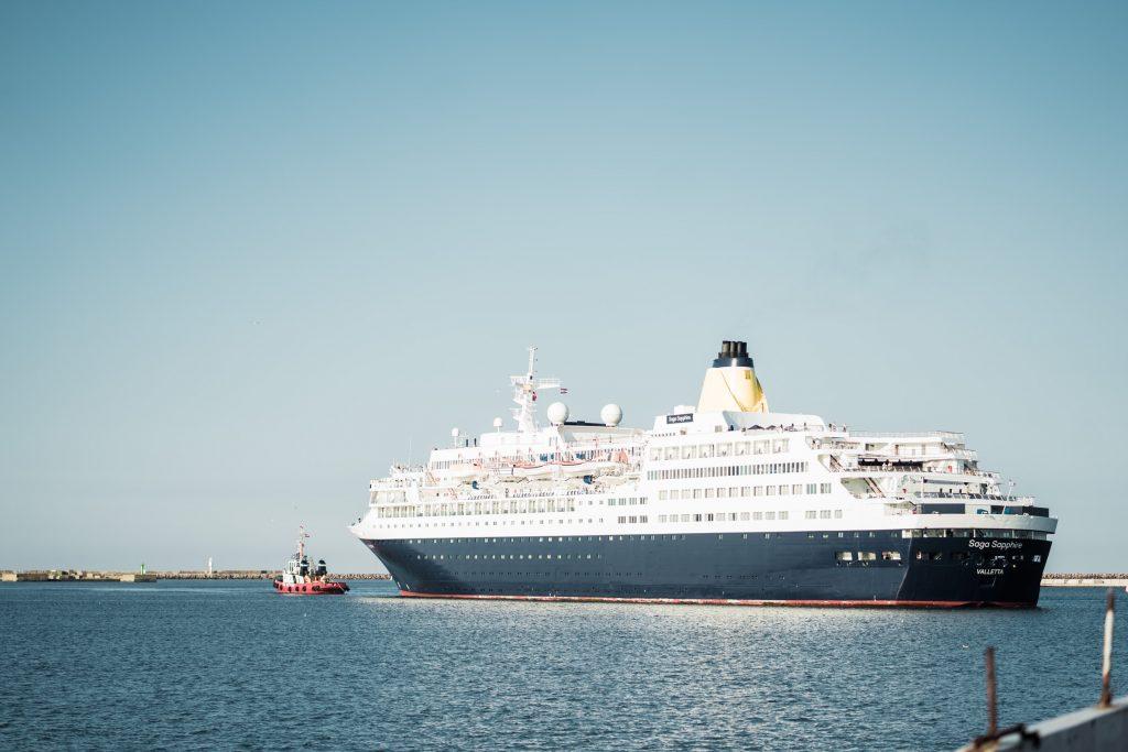 Kruīza kuģis atklātā jūrā.